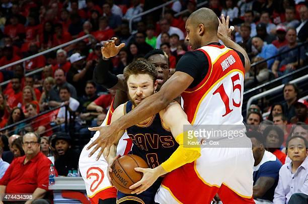 Matthew Dellavedova of the Cleveland Cavaliers drives against Al Horford and Dennis Schroder of the Atlanta Hawks in the second quarter during Game...