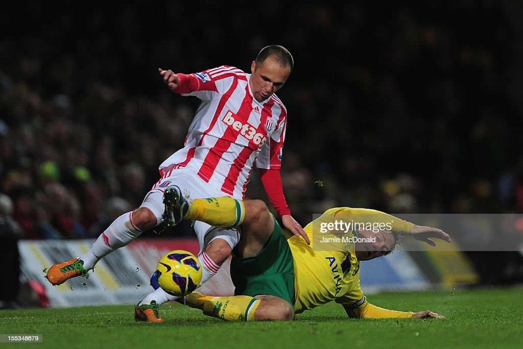 <a gi-track='captionPersonalityLinkClicked' href=/galleries/search?phrase=Matthew+Etherington&family=editorial&specificpeople=221361 ng-click='$event.stopPropagation()'>Matthew Etherington</a> of Stoke City battles with <a gi-track='captionPersonalityLinkClicked' href=/galleries/search?phrase=Grant+Holt&family=editorial&specificpeople=2091078 ng-click='$event.stopPropagation()'>Grant Holt</a> of Norwich City during the Barclays Premier League match between Norwich City and Stoke at Carrow Road on November 3, 2012 in Norwich, England.