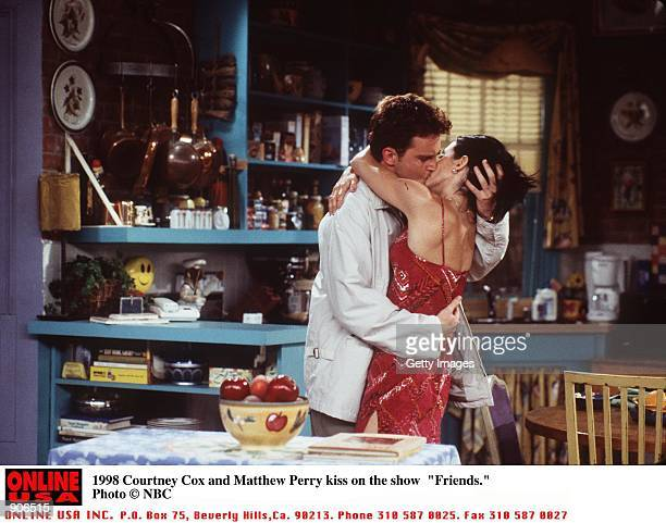 Matthew Perry and Courteney Cox star on the show 'Friends'