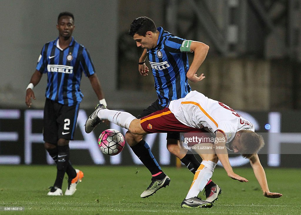 Mattia Bonetto of FC Internazionale competes for the ball with Christian D'Urso of AS Roma during the juvenile playoff match between FC Internazionale and AS Roma at Mapei Stadium - Citta' del Tricolore on March 31, 2016 in Reggio nell'Emilia, Italy.