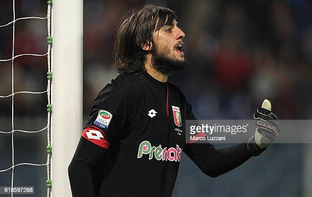 Mattia Perin of Genoa CFC directs his defense during the Serie A match between Genoa CFC and AC Milan at Stadio Luigi Ferraris on October 25 2016 in...