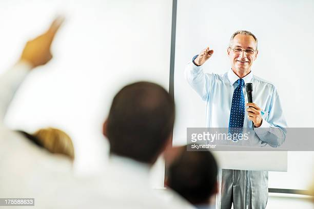 Uomo adulto maturo avendo un discorso pubblico.