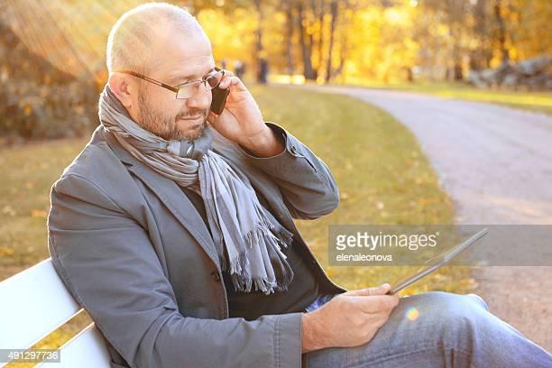 Älterer Erwachsener Mann im Herbst park