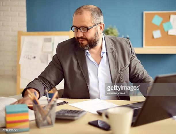 Älterer Erwachsener Mann arbeitet im Büro