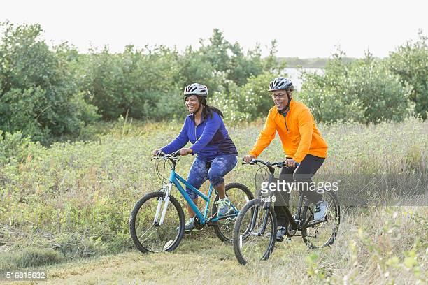 マチュアアフリカ系アメリカ人カップルでの自転車公園