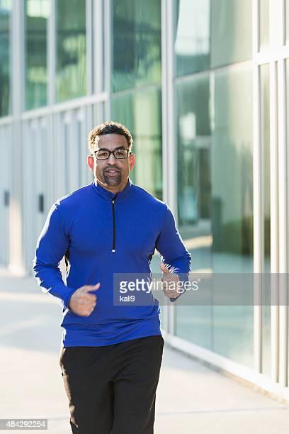 マチュアアフリカ系アメリカ人男性の街でのジョギング