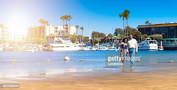 Africain Mature couple marchant sur la plage