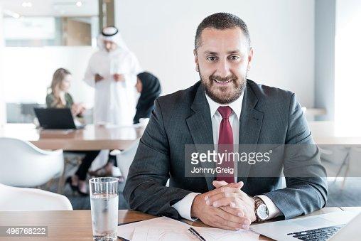 マチュアアラブのビジネスマンのデスクでオフィス、ポートレート