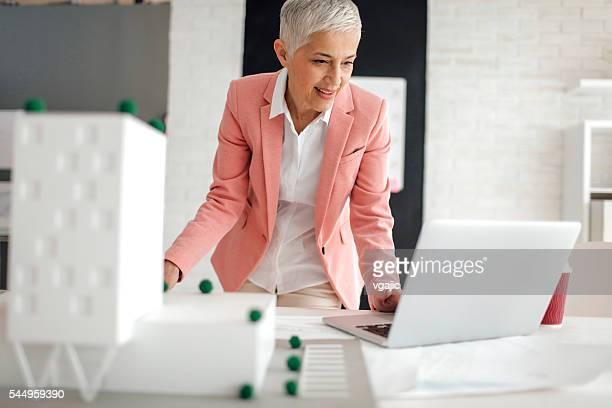 Maturo architetto lavorando nel suo ufficio.