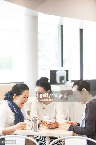 Mature femme asiatique ayant de bons moments ensemble et Tech