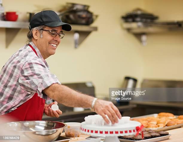 Madura baker preparar alimentos na cozinha
