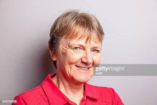 Reife blonde Frau lächelnd Portrait