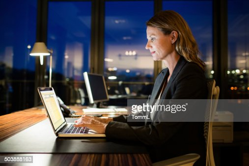 成熟したビジネス女性のレイトチェックアウト
