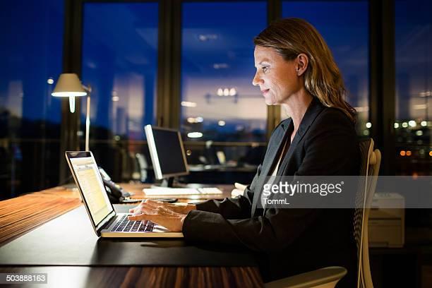 Reife Geschäftsfrau Working Late