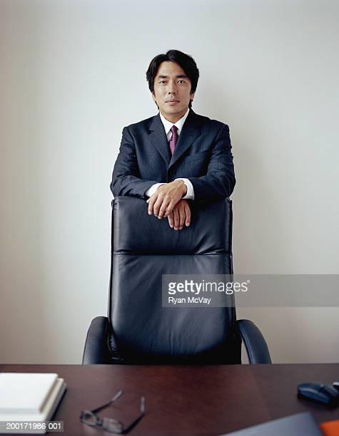 成熟したビジネスマンの背後に立つことに、オフィスチェア、ポートレート