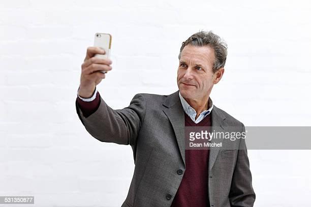Mature Homme d'affaires prenant une autophoto