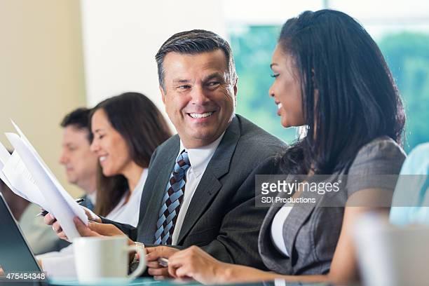 Reifer Geschäftsmann mit Kollegen reden während der professionelle Seminare und Konferenzen