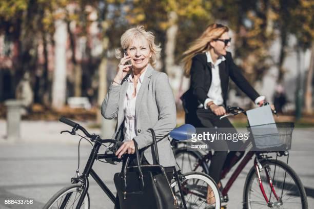 電話で話している成熟した実業家