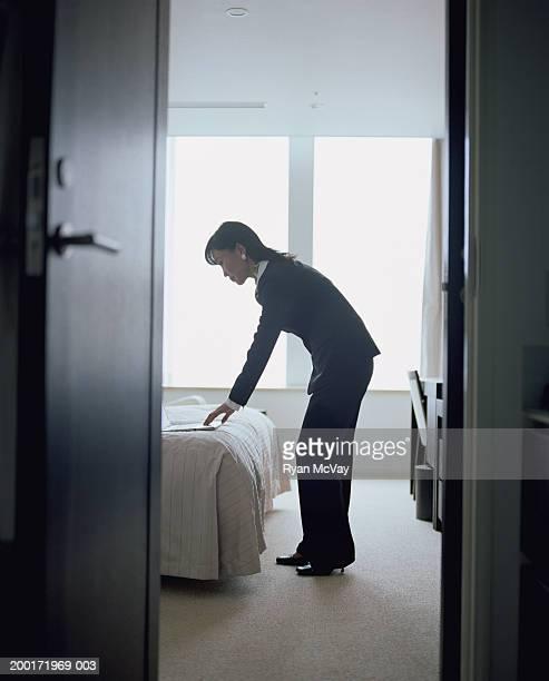 マチュアビジネスウーマンのラップトップを使用してホテルの部屋、サイドの眺め