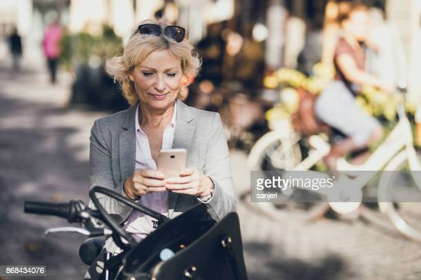 電話を使用して実業家を成熟します。