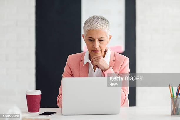 Mature femme d'affaires travaillant dans son bureau.