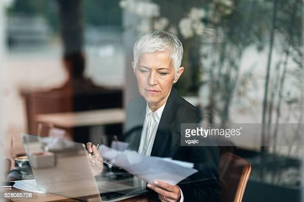 Mature femme d'affaires travaillant sur son ordinateur portable.