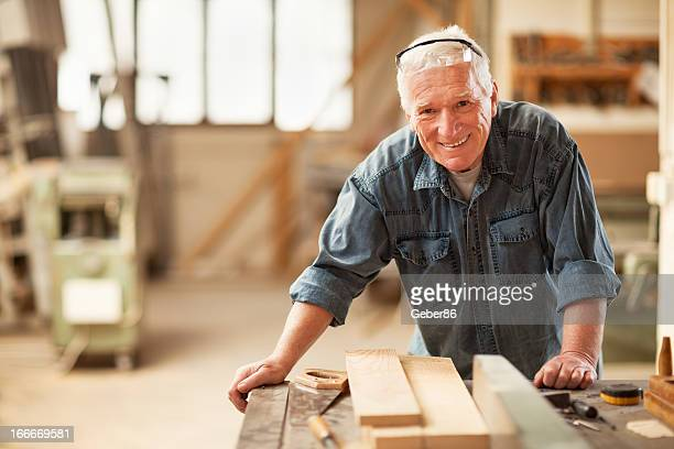 Mature carpenter al lavoro
