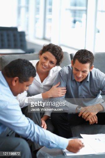 Matura coppia discutendo piani di investimento con un consulente