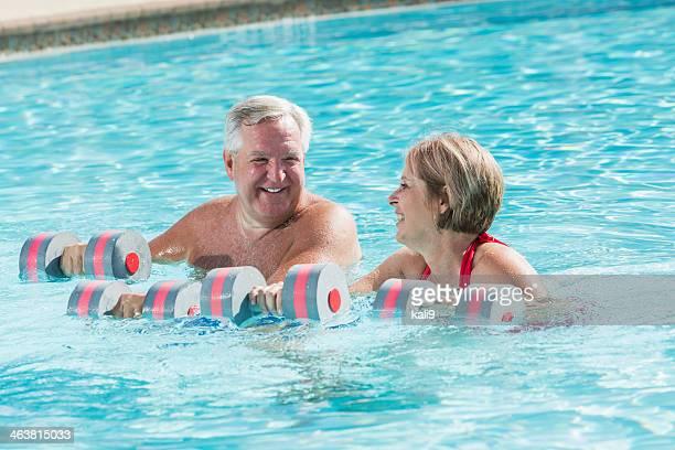 Älteres Paar, die Wasser-Aerobic