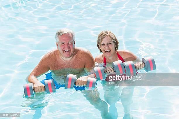 Mature couple faisant gymnastique aquatique