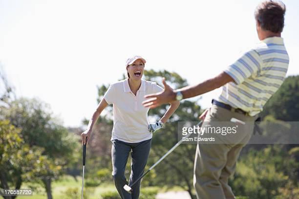 Älteres Paar genießen Sie golf