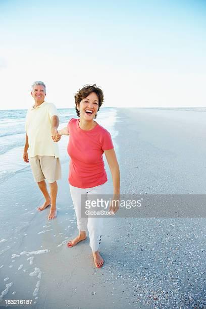 Coppia matura su una spiaggia godendo