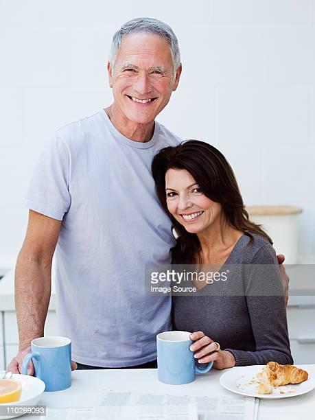 Älteres Paar mit Frühstück