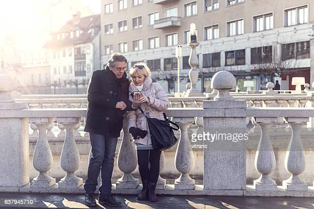 Älteres Paar in einer Stadt