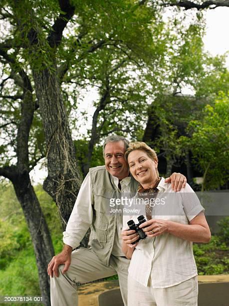 couple d'âge mûr dans la brousse africaine, souriant, portrait