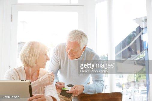 Mature couple internet shopping : Stockfoto