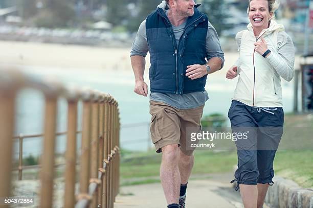 Matura coppia fare jogging insieme.