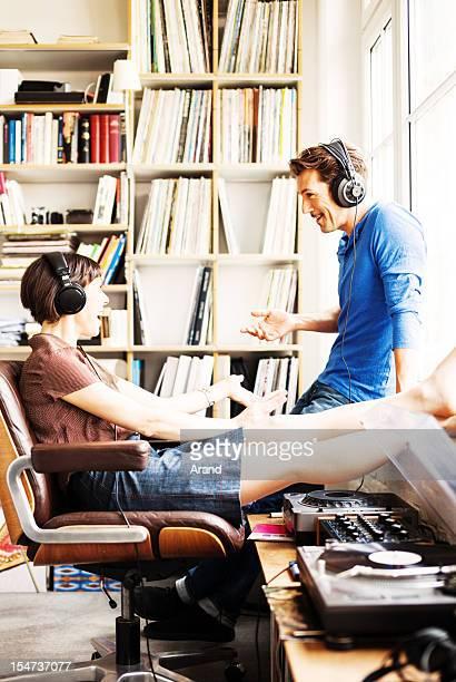 Coppia matura ascoltando musica
