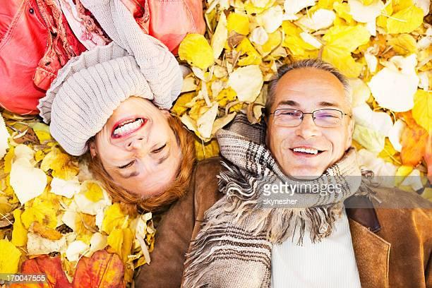 Älteres Paar Entspannung in der Blätter.