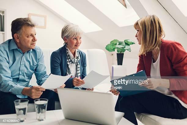 Couple d'âge mûr réunion avec le Conseiller financier.