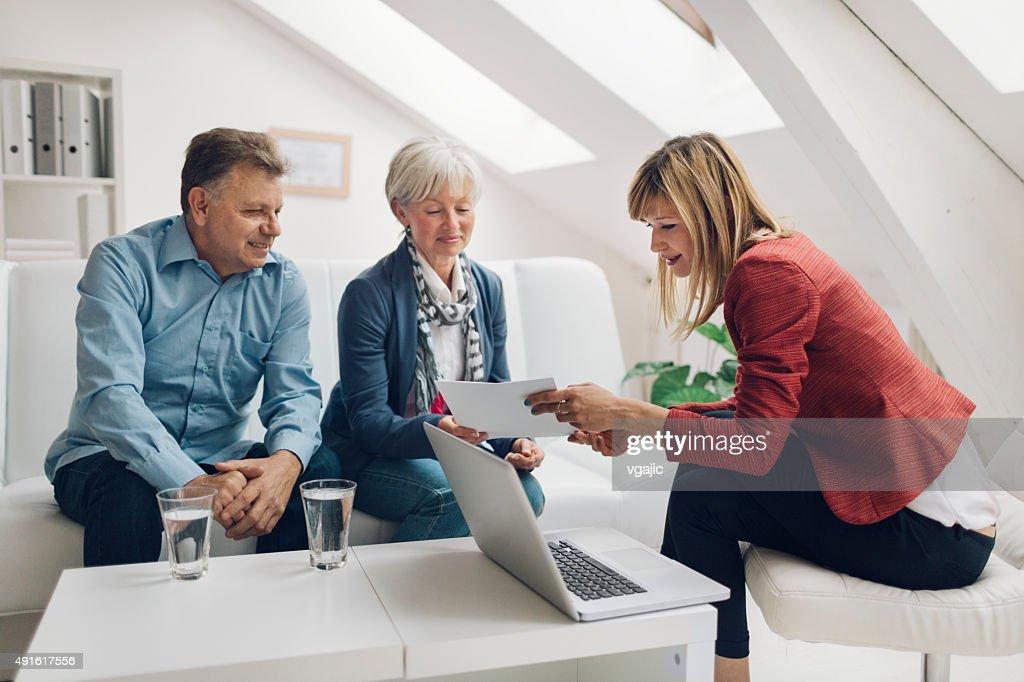 Älteres Paar Treffen mit Financial Advisor. : Stock-Foto