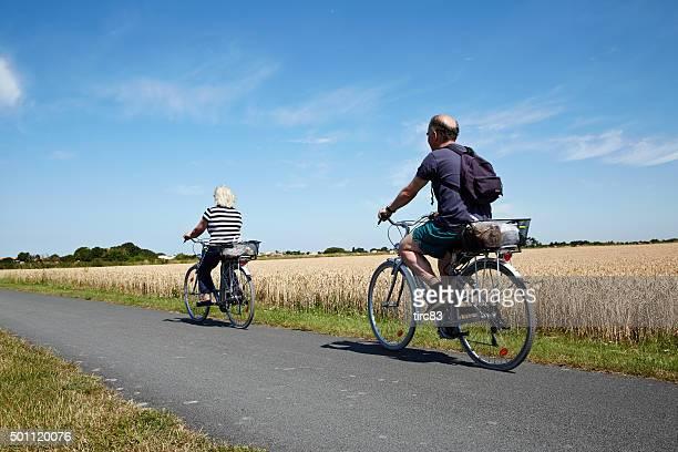 Mature couple sur un vélo les fêtes de fin d'année en France