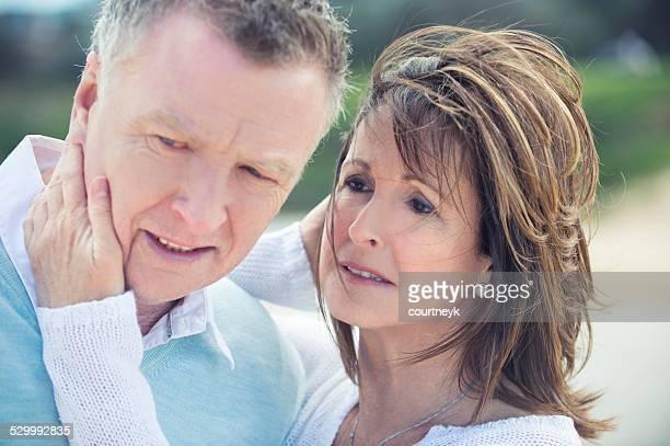 Älteres Paar im Freien grieving und Verärgert
