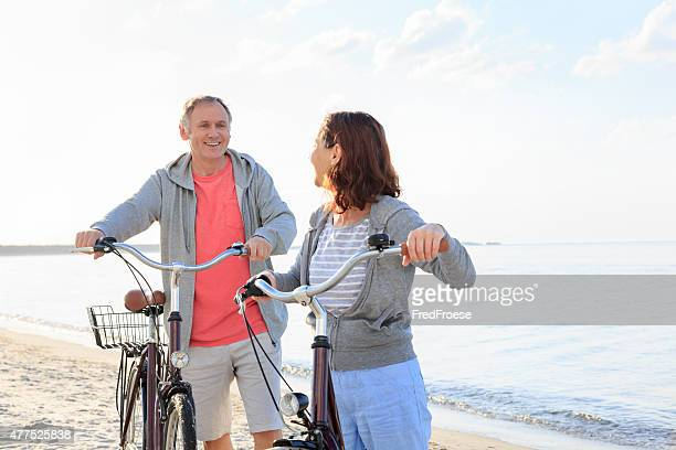 Älteres Paar im Freien am Strand