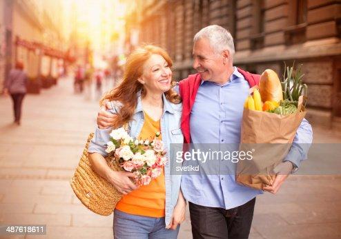 Älteres Paar im Freien.