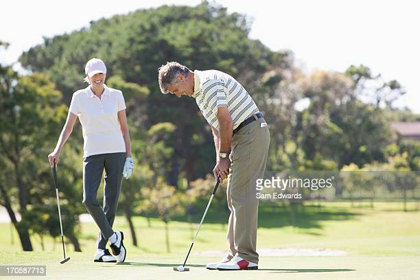 熟年カップル一緒のゴルフ