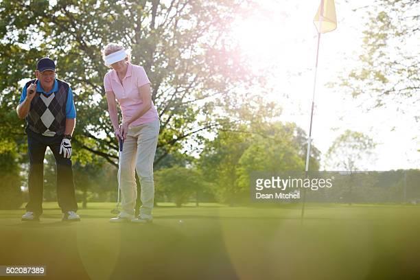 Älteres Paar golf spielen zusammen