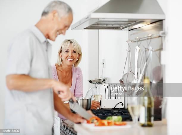 Älteres Paar, die Zubereitung von Speisen wie zu Hause fühlen.