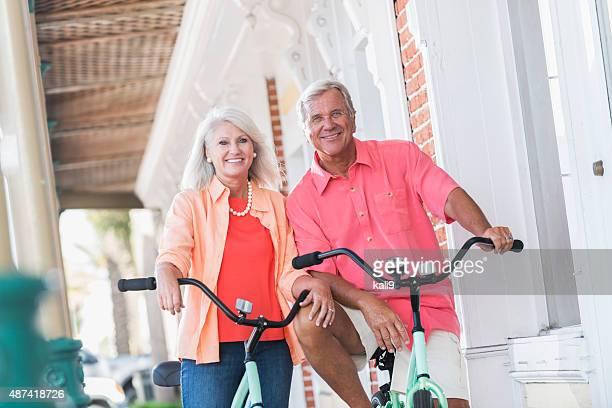 Älteres Paar Reiten Fahrräder, stehend auf Gehweg