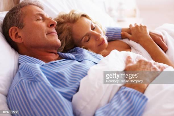 Coppia matura a dormire insieme nel letto